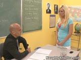 מורה מזיין תלמידה בלונדינית כוסית
