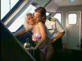 הקברניט מזיין את הדיילת בתוך המטוס