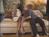 דוגמנית שחורה עם רגליים ארוכות מזדיינת בתחת