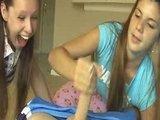 שתי צעירות מפנקות גבר בעבודת יד