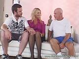 שני בחורים חרמנים עושים סקס לוהט עם שרמוטה בלונדינית