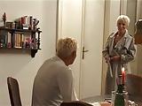 בלונדינית מבוגרת עם ניסיון בסקס