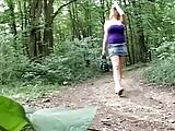 בחור מבוגר דופק צעירה בלונדינית באמצע היער