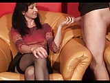 זוג חובבנים מבצעים סקס אוראלי במצלמה ביתית
