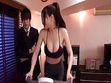 בחור מבוגר עושה סקס עם צעירה אסיאתית