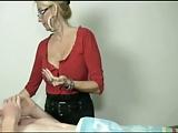 מורה בלונדינית נותנת עבודת יד לוהטת