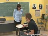 מורה חרמנית מזדיינת עם התלמיד שלה בכיתה
