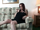 סקסית על הספה מחכה לזיון שלה