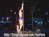 סקסית מופיעה במועדון חשפנות
